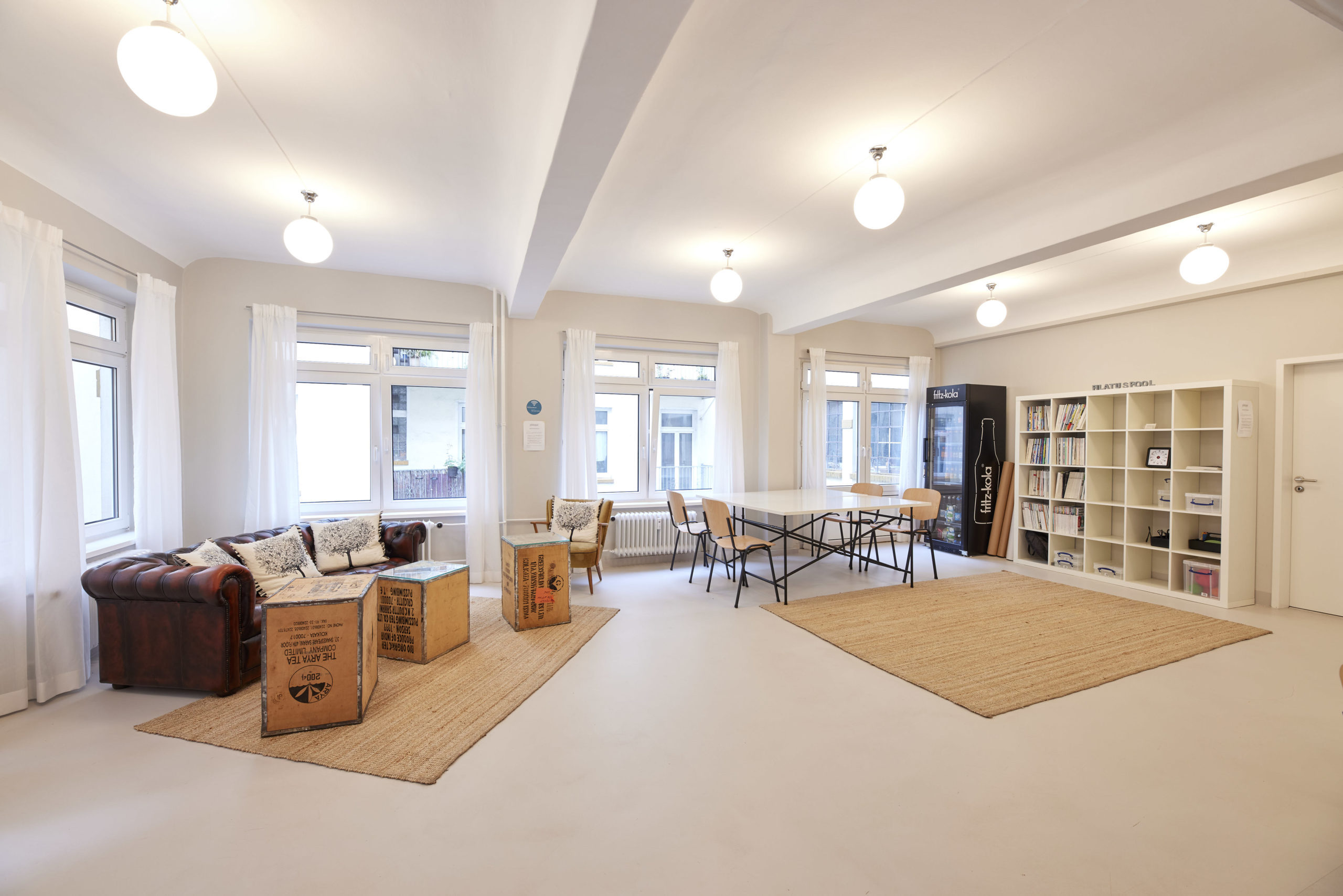 Neben üblichem Workshop-Equipment, bietet der Pilatuspool auch eine komfortable Couch-Ecke an