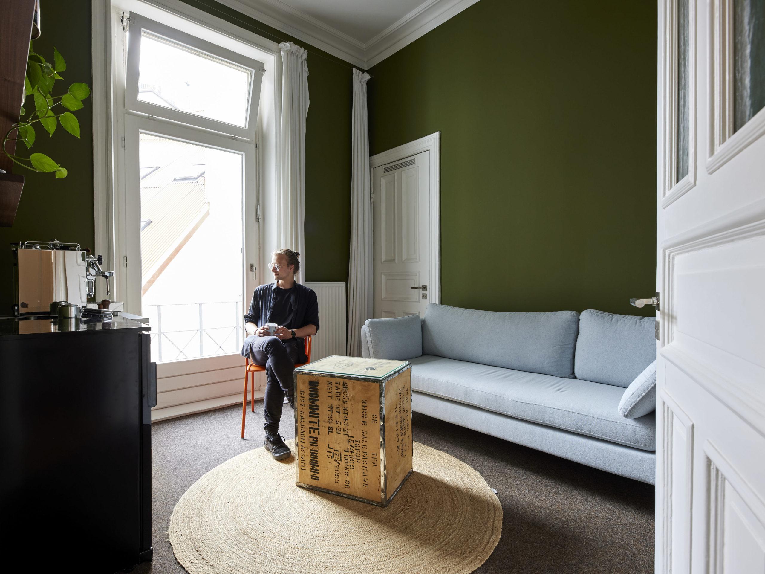 Heller Pausenraum versorgt Mitarbeiter und Gäste mit Kaffe und etwas Ruhe